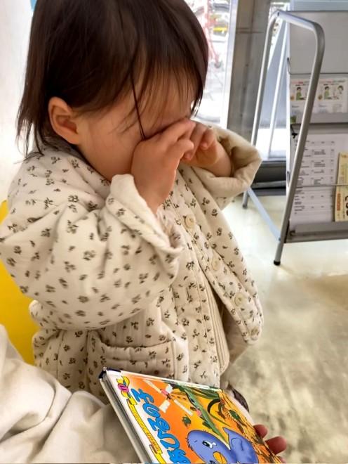 サムネイル 【天使キッズ】『みにくいあひるの子』を初めて読んだ2才の女の子が号泣… ピュアすぎる姿に「愛おしすぎる」「心洗われた」
