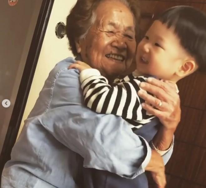 サムネイル 【天使キッズ】ひ孫を溺愛する100歳ひいばあちゃんに感動の声「お互いにとってなくてはならない存在」