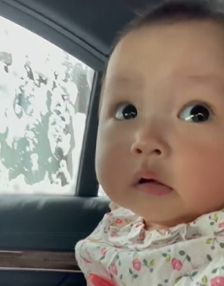 """サムネイル 【天使キッズ】0才赤ちゃんの初めての""""ドライブスルー洗車""""の反応に100万再生「パニック笑」「きょろきょろ可愛すぎ」"""