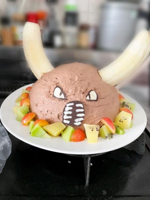 """サムネイル チョコケーキをリクエストしたのになぜ…? バナナ2本で破壊力抜群の""""カイロスケーキ""""が生まれた理由"""