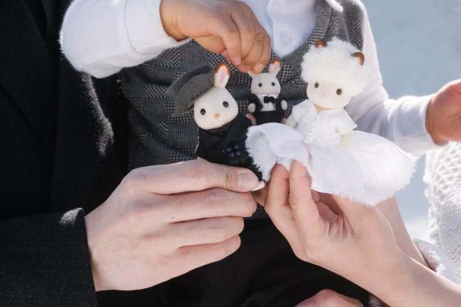 """サムネイル シルバニアに""""お揃いの婚礼衣装""""を制作、結婚から4年…「雪の妖精のよう」家族ウェディングフォトが実現"""