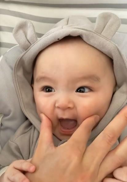 サムネイル 【天使キッズ】ママとの歌遊びに喜ぶ、甘えん坊な0才児の反応に300万再生「天使」「悶えてます」