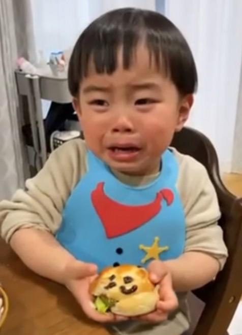 サムネイル 【天使キッズ】「かわいそうに死んじゃうからヤダ」感受性が豊かすぎてアンパンマンぱんが食べられない2才児に160万再生