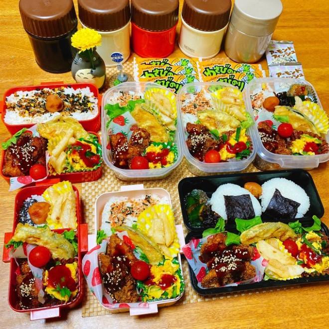 おにぎりとご飯、家族の好みを意識して作られた7人分のお弁当(画像提供:miwaさん @pin_gre3030)