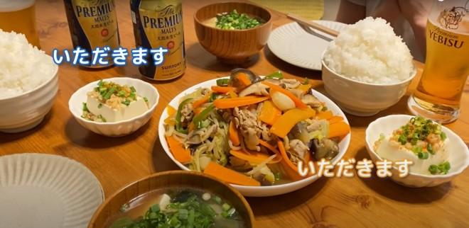 """マシマシの野菜炒めにご飯は""""アニメ盛り"""""""