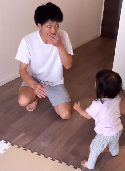 サムネイル 「明日からパパも頑張るね泣」1才娘が初めて立った父のリアクションに230万再生「パパの感動ぶりに感動」